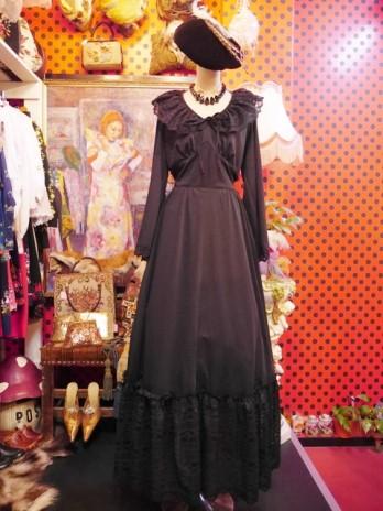 2f973cc98547a ロマンティックガーリーなフリルレース襟と裾の繊細かつ華やかなレースデザインが魅力の1970年代ヨーロピアンヴィンテージドレス  胸元のリボンと腰ひもリボンがお洒落 ...